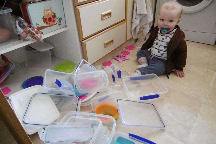 A kisfiú szerint ezek a dobozok semmi másra nem jók, csak arra, hogy óriási, üreges építőkockaként funkcionáljanak.