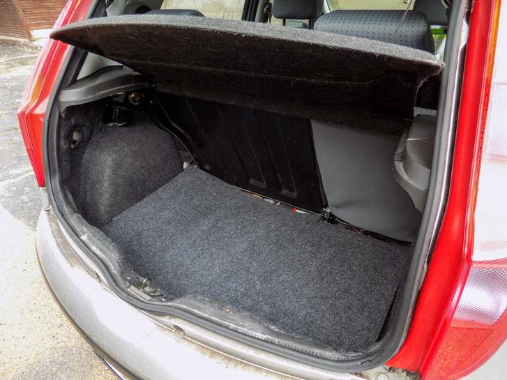 A csomagtartó nem túl nagy, de az ülések lehajtásával már beférhet egy mosógép
