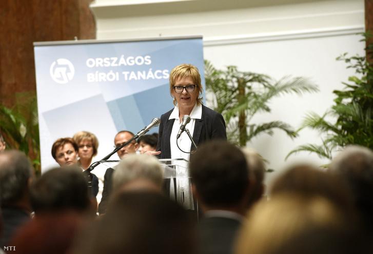 Handó Tünde az OBH elnöke beszél a bíróságok napja alkalmából rendezett ünnepségen