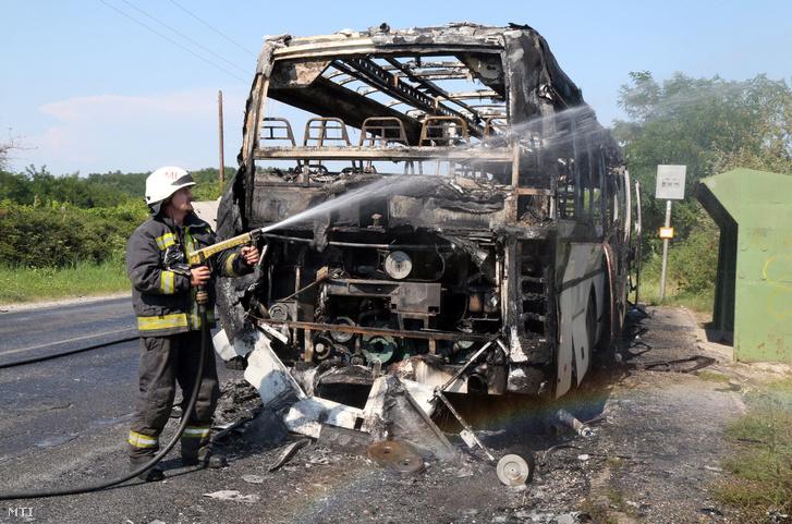 Tűzoltók a Harsány és Miskolc között kigyulladt busznál
