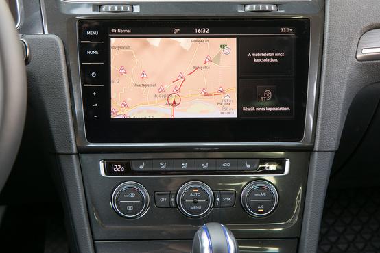 Logikus a Golf központi rendszere, de az offline navigáció korlátai itt is megvannak, bár a TMC megjeleníti legalább a dugókat