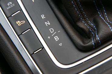 A B mód lejtmenetben ad erős motorféket. A kar jobbra-balra pofozásával a motorfék mértéke szabályozható