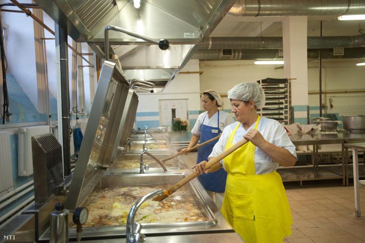Szakácsok levest kevernek főzőkondérokban a Sodexo XIII. kerület Váci úti konyháján.