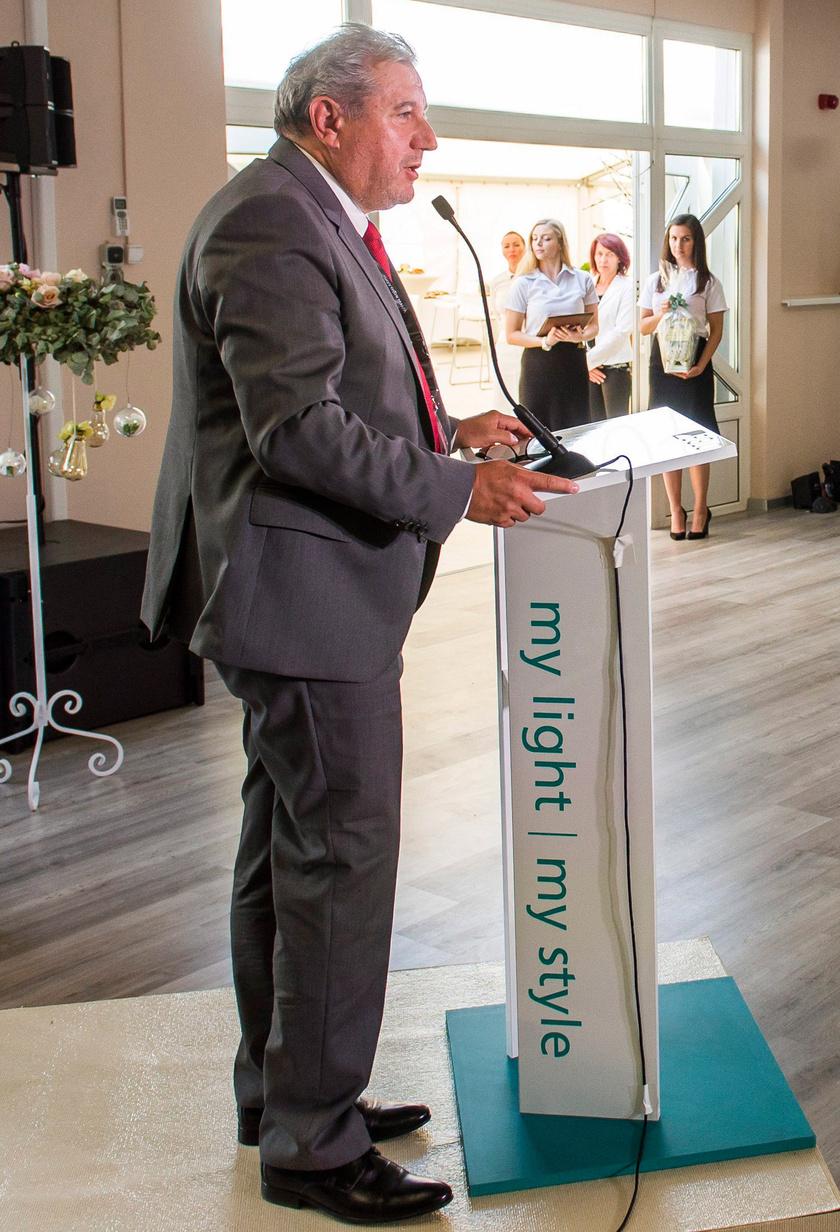 Dömsödi Gábor polgármester 2017. június 21-én beszédet mondott az EGLO Magyarország Kft. új gyártó- és raktárcsarnokának átadóján Pásztón.