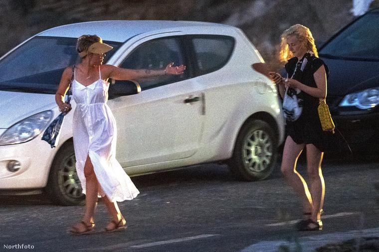 Élethelyzete ezt úgysem indokolta: a barátnőivel költött el egy szabadtéri vacsorát Platis Gialosban, Míkonosz szigetén.