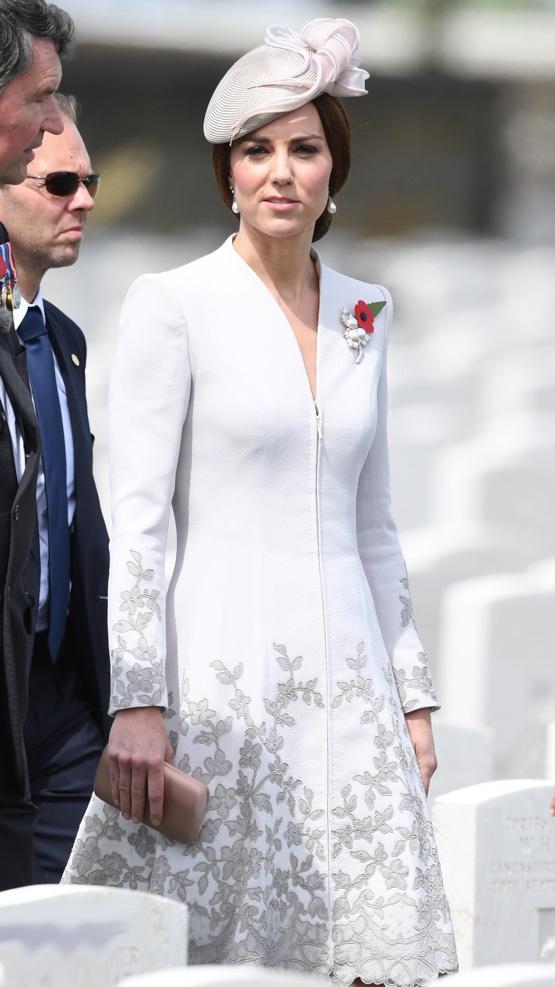 Katalin hercegné ebben a gyönyörű Catherine Walker ruhában érkezett a Tyne Cot temetőbe.