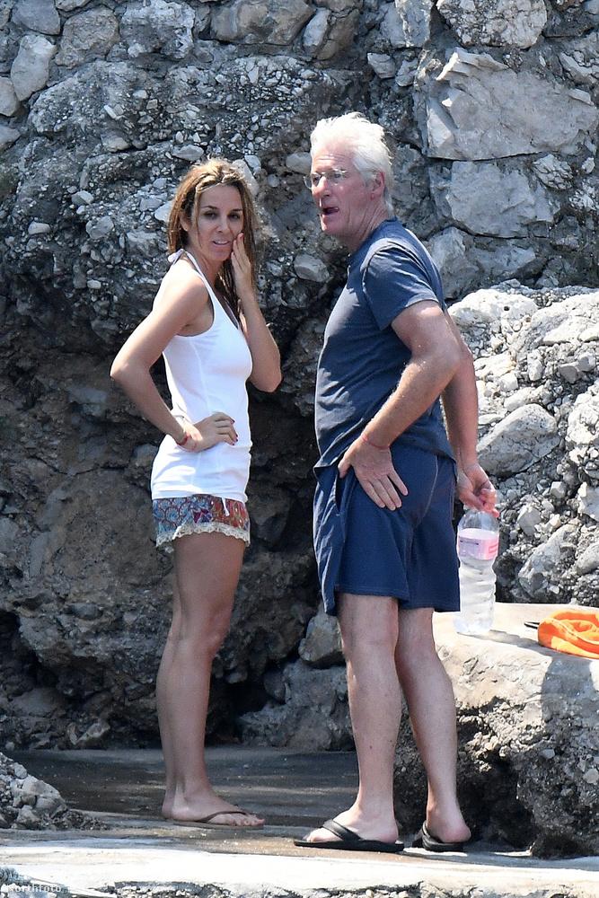 Richard Gere és barátnője, Alejandra Silva Amalfi partjainál nyaralt az utóbbi hetekben, amiről várható módon lesifotók is készültek