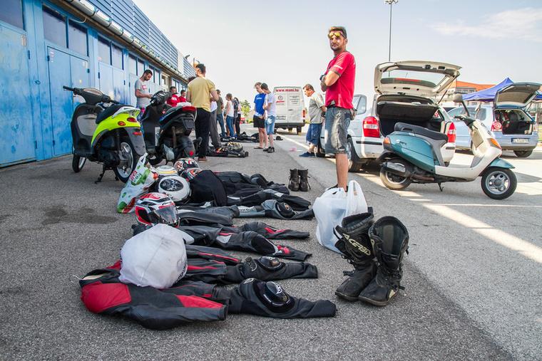 Évről évre javul a versenyzői fegyelem, az első versenyen még sokat kellett vitatkozni, hogy miért is nem megy át egy-egy ruha vagy sisak a gépátvételen