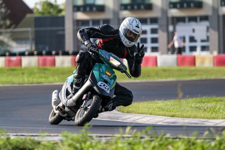 A Szkaliczki Scooter Team tavaly két pilótával fejezte be a versenyt, idén elkerülték őket a balesetek és a betegségek, a hangulatuk is jobb volt