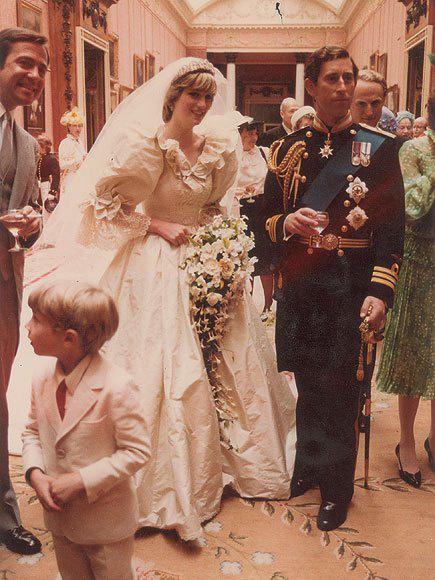 Meghitt pillanat: ez a fotó nem sokkal azt követően készült, hogy kimondták egymásnak a boldogító igent a Szent Pál-bazilikában.