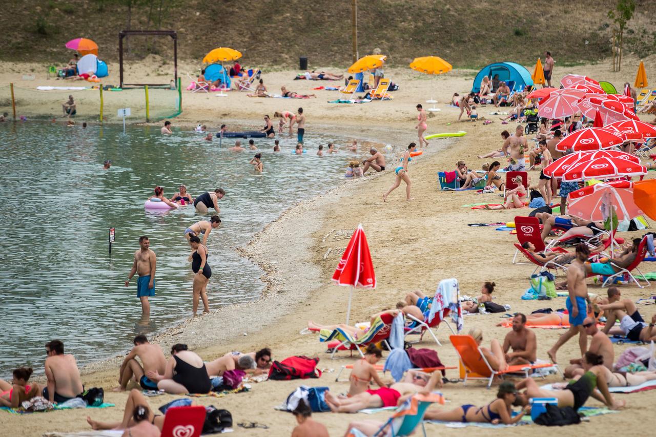 """A Lupa tó szlogenje szerint """"Budapest megérdemel egy saját tengerpartot.""""                          Abból a szempontból mindenképpen igaz az állítás, hogy a tóhoz csak autóval tudunk kijutni, így egy kiadós kőpapírollózás után derülhet ki, ki vezet hazafelé. A parkolásért óránként 200 Ft-ot, alkalmanként maximum 1.000 Ft-ot kérnek el.                          A belépőért fizethetünk kártyával, bármelyik strandot választjuk is."""