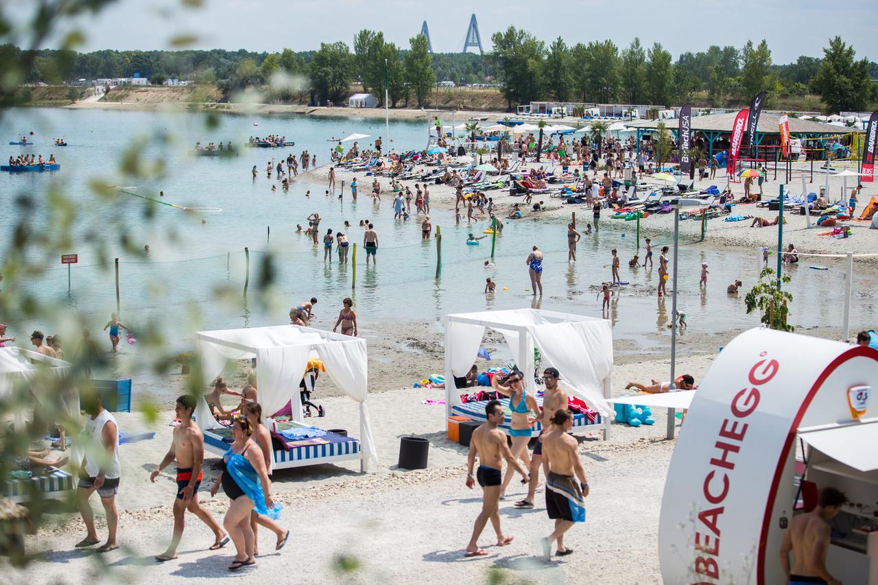 A Lupa Prémium Strand és a Lupa Strand árai és szolgáltatásai között is igen nagy az eltérés. A strandon büfék, öltözők, zuhanyzók és mosdók vannak, míg a prémium oldalon wakeboard, bárok, privát beach, búvár centrum, gasztro-sétány és még millió mindenféle található.