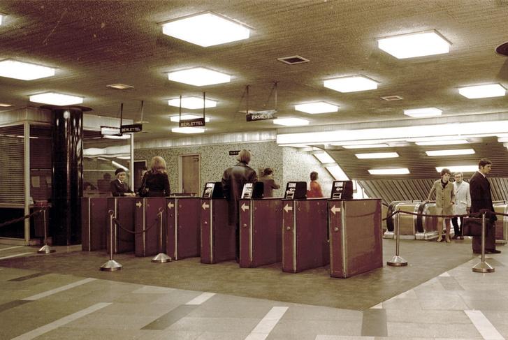 Beléptetőkapuk a Blaha Lujza téri metrólejáratnál