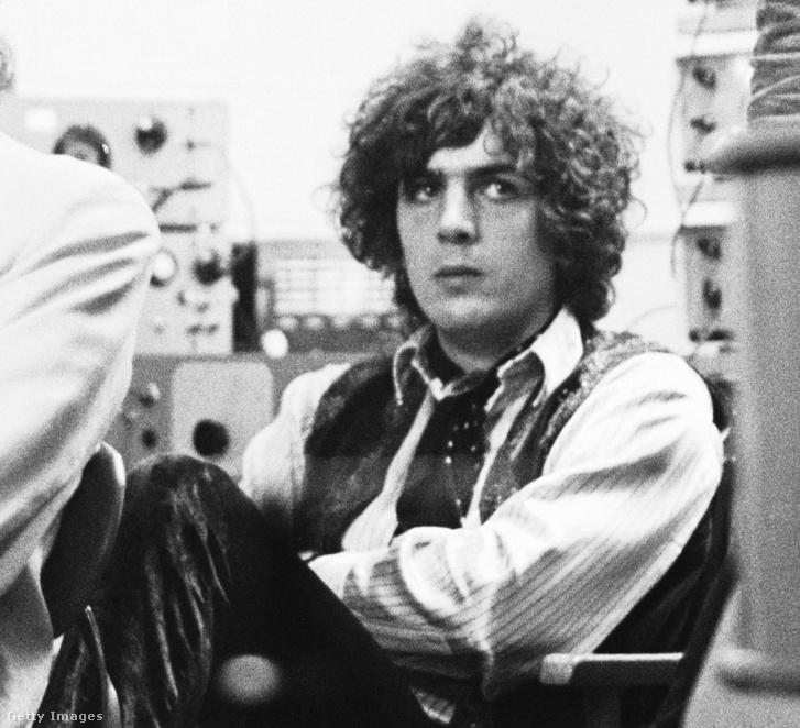 Syd Barret, aki a Pink Floyd alapítójaként meghatározta a kezdeti, pszichedelikus korszakuk hangzását. 10 év zenélés után azonban teljesen elzárkózott a külvilágtól, feltételezések szerint mentális problémákkal küzködött