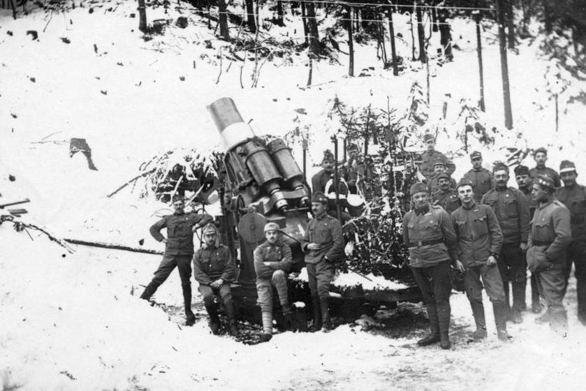 1916 karácsonya az olasz fronton. Ünnep egy feldíszített fenyőfa és egy Skoda 30,5 Mörser mozsárágyú társaságában.