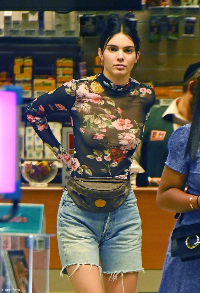 és ezúttal sem fáradt azzal, hogy különösebben eltakarja magát.Innen, a százezer fokból nézve elég vicces ez az öltözet, amely valószínűleg hat másodperc alatt olvadna rá Jennerre, ha mondjuk kisétálna a Moszkva térre.