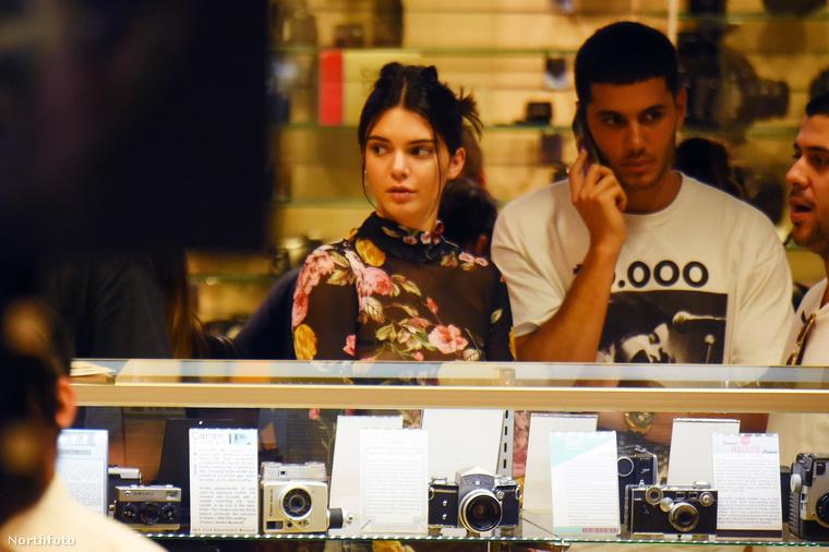 A következő napon Jenner egy fényképészeti szaküzletben nézelődött,