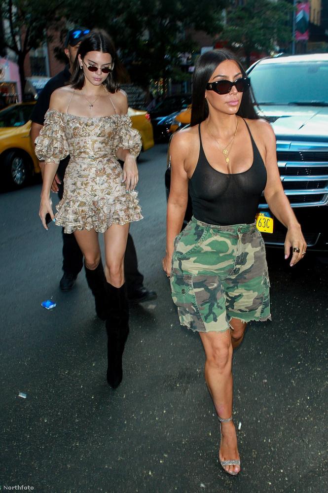 eljött augusztus elseje is, és azzal együtt egy hiba a mátrixban.Jenner ugyanis a nővérével, Kim Kardashiannel ment vásárolgatni, és nem látszottak a mellei