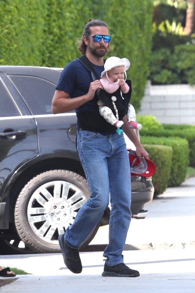 Semmi kétség nem férhet hozzá: ez itt egy csecsemő, aki az apján rugdalózik lelkesen