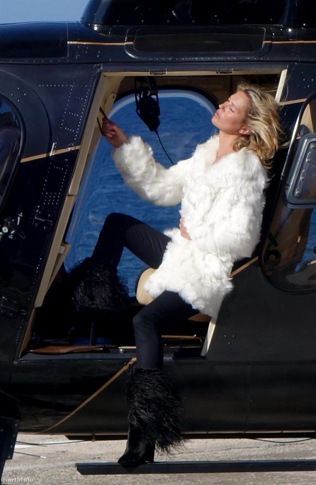Meglepő élethelyzetben és még annál is meglepőbb hacukában fotózták a gyanúsan eljegyzett Kate Moss-t a minap Amalfi partjai fölött, egy helikopter belsejében.