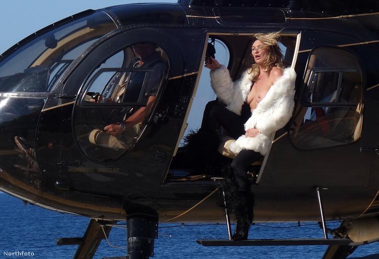 Először is úgy sejtjük, a helikopter túl hangos, és a modell csak kabát nélkül hallja, mit mond a pilóta ott elöl