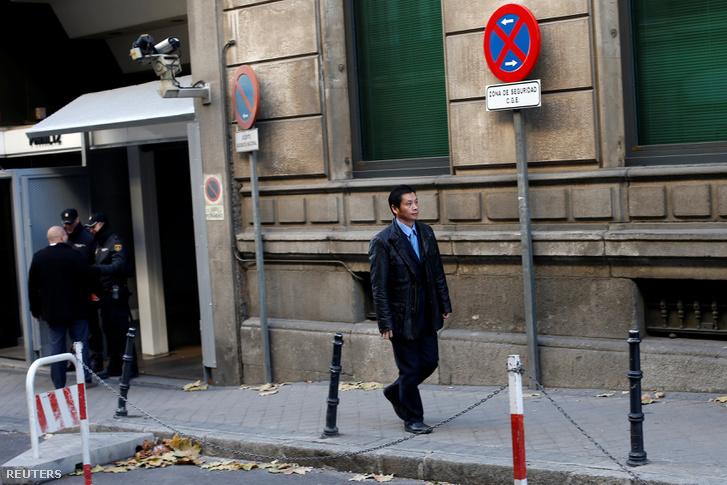 Gao Ping a bíróság épülete előtt Madridban.