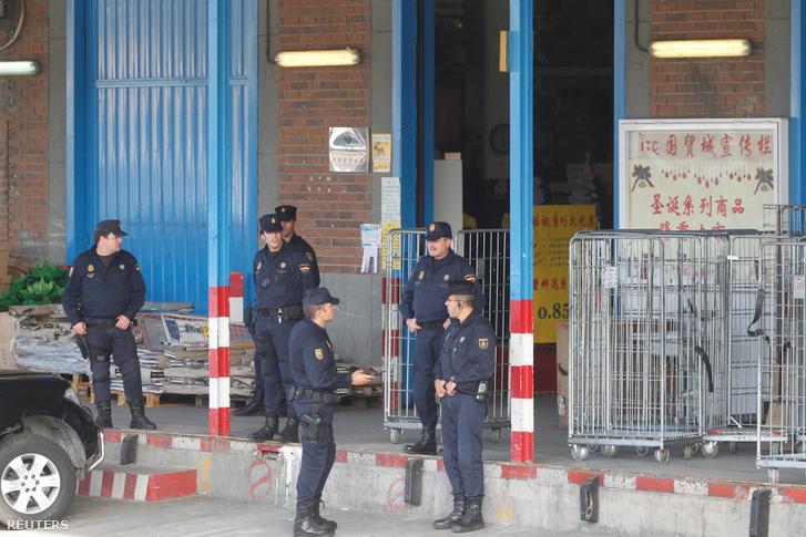 Rendőr razziáznak a Cobo Calleja ipari parkban.
