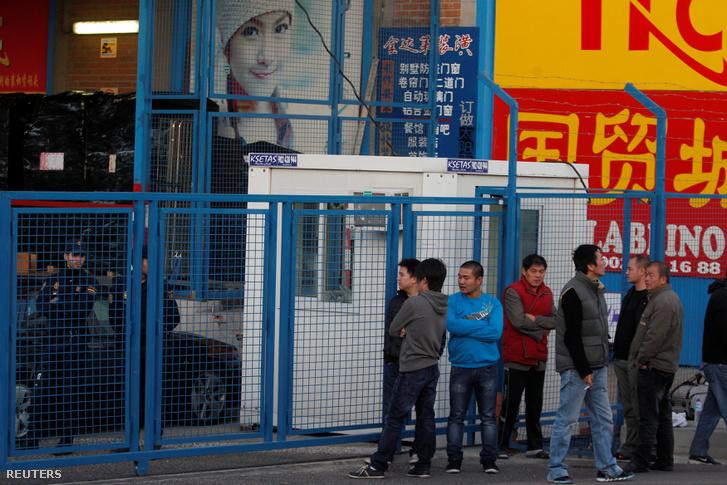 Munkások várakoznak a Cobo Calleja ipari park bejáratánál a razzia ideje alatt