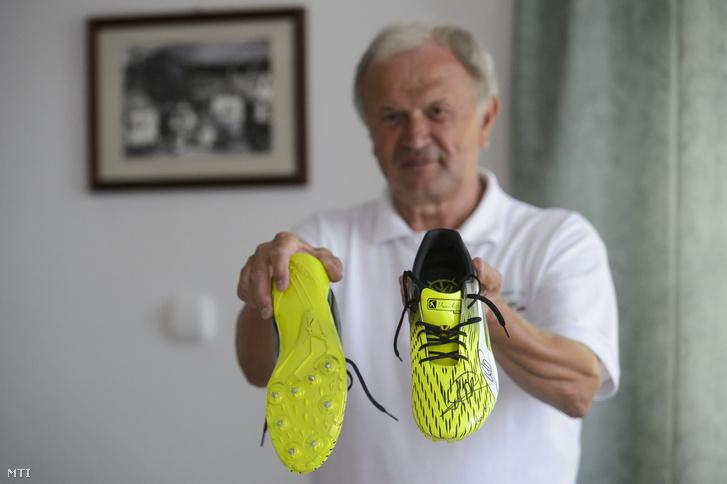 Angyal János a salgótarján-somoskői cipőmúzeum tulajdonosa Usain Bolt nyolcszoros olimpiai és tizenegyszeres világbajnok jamaicai rövidtávfutó dedikált sportcipőjét mutatja