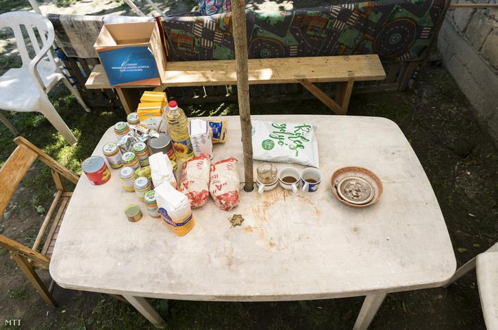Élelmiszercsomag egy vásárosnaményi ház udvarán 2017. június 13-én.. Egy európai uniós támogatású program segítségével a Szabolcs-Szatmár-Bereg, Hajdú-Bihar és Borsod-Abaúj-Zemplén megyében élő, háromévesnél fiatalabb, hátrányos helyzetű gyerekek havonta ételcsomagot kapnak.