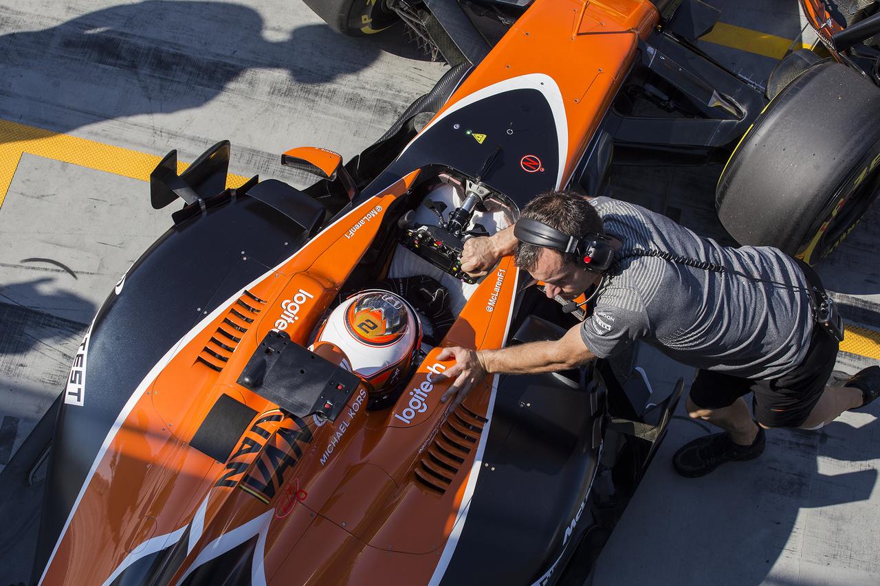 A Magyar Nagydíjjal nem ért véget a program a Hungaroringen: idén első, de nem utolsó alkalommal hazánk adott otthont az egyik idei hivatalos tesztnek. Két napon át, napi 8 órában nyúzták a fiatal, feltörekvő tehetségek és rutinos társaik az autókat. Vandoorne az első tesztnapot az előkelő 2. helyen zárta, a McLaren magára találása után nem is annyira meglepő módon