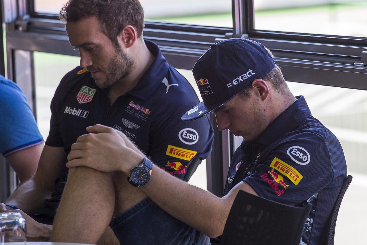 Elmélyült reggeli meditáció Verstappennel a Red Bull motorhome-jában