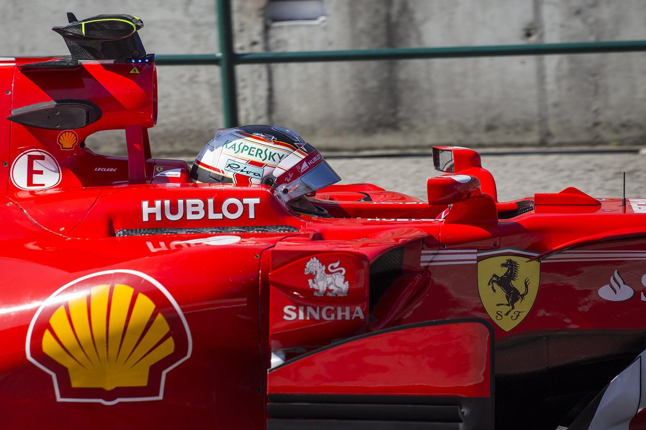 Az első napot is a Ferrari nyerte, mégpedig a szupertehetséges Charles Leclerc húzta be a mattot az edzés végén a mezőnynek. A srác több forrás szerint is már szinte biztos üléssel rendelkezik a Forma-1 következő szezonjára