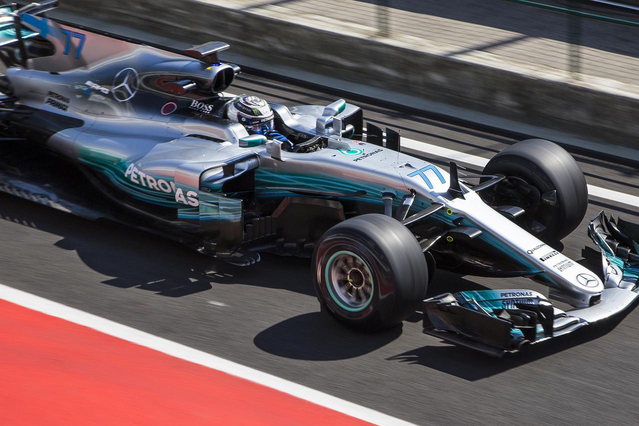 Valtteri Bottas az első napon mégis itt maradt a tesztre, hogy millió körön keresztül teszteljen a Pirelli számára, a másik autóba mindkét napon a GP3-at vezető George Russell ülhetett