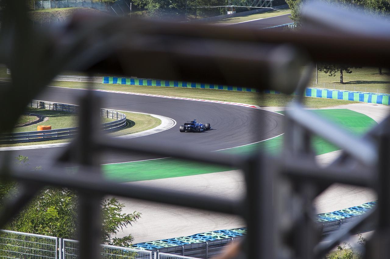 Látvány a Red Bull motorhome-jának teraszáról. A pálya adottságainak köszönhetőn jelentős részt beláthatnak a szerencsések az épületek hátsó traktusából
