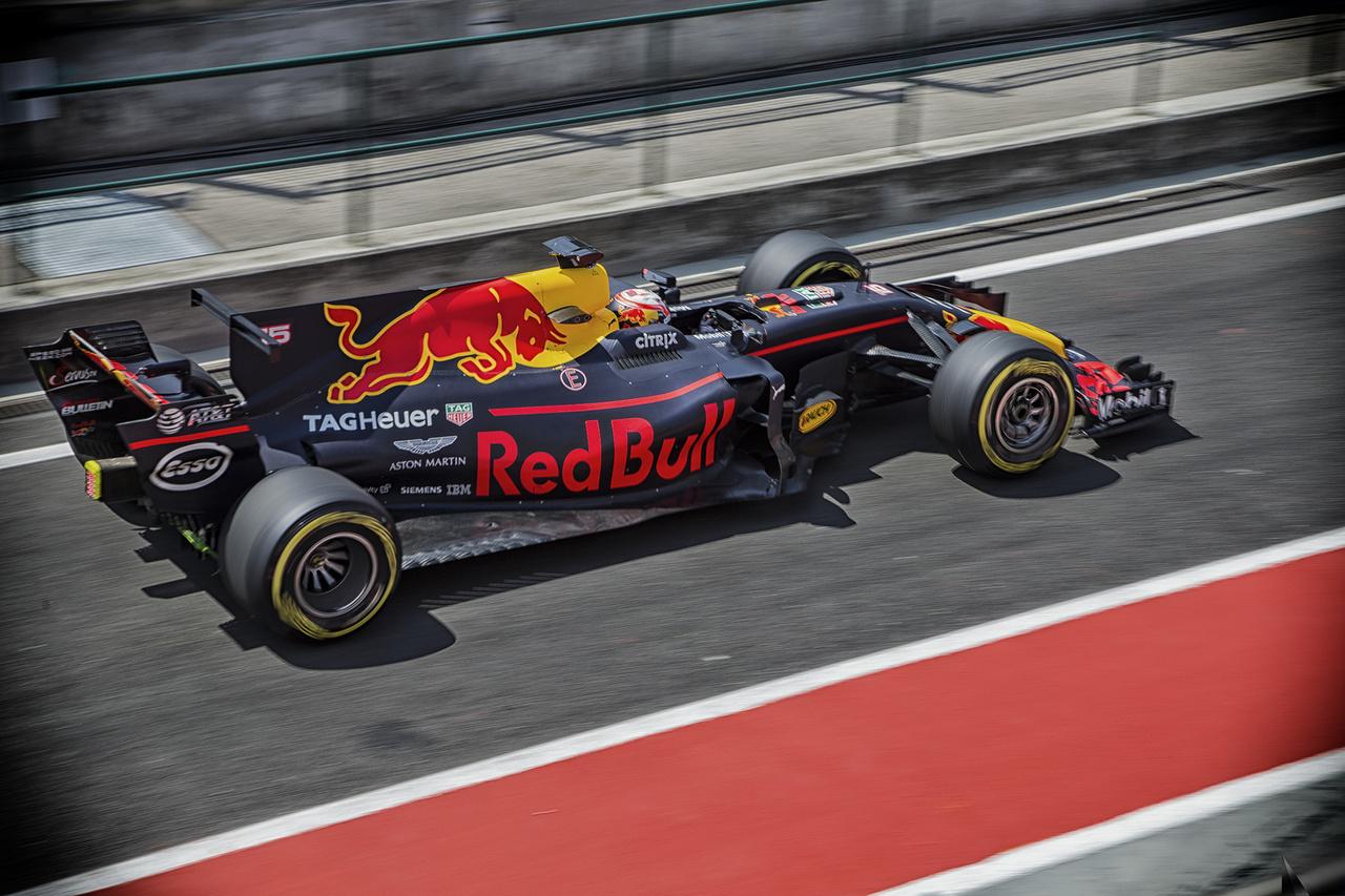 Pierre Gasly, a Red Bull szupertehetséges reménysége tesztelte a 2. napon a Red Bullt. Kirobbanó időt ugyan nem ért el, ám valószínűleg nem is pályacsúcs felállítása volt a cél. A csapatok nem csupán a szezon hátralévő részére tesztelték a beállításokat, hanem már 2018-as fejlesztéseket is nyúzópróba alá vetettek. Nem volt véletlen a titkolózás, a szigor – amint a boxba tolták az autókat, rögtön húzták is eléjük az avatatlan (vagy nagyon is avatott) szemek elől takaró paravánokat