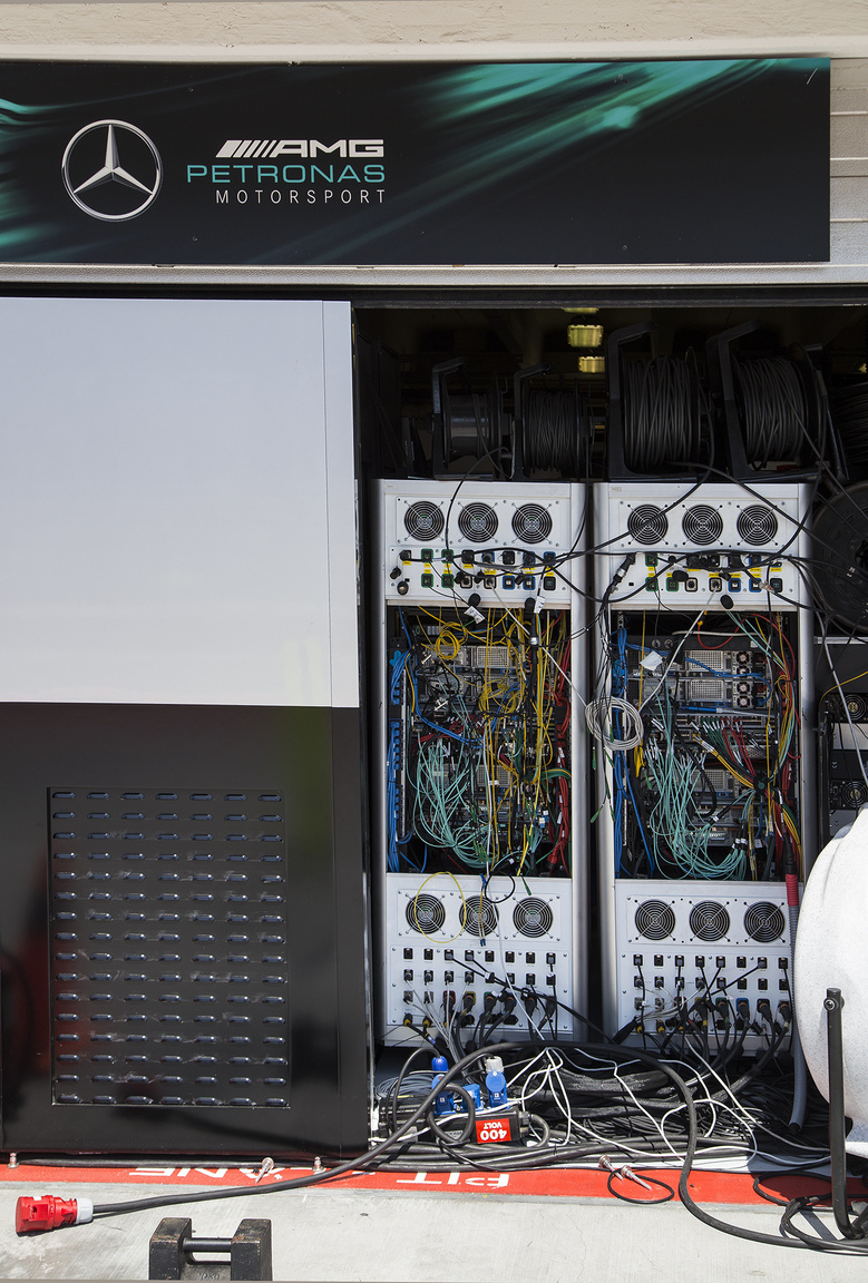 Brutális számítási teljesítményhez hasonlóan durva hűtés dukál: a Mercedes bokszában a hőt a szabadba vezették, és extra nagy teljesítményű ventilátorokat állítottak hadrendbe, a stabilan 40 fokos külső hőmérsékletet az aszfalt még tovább erősítette