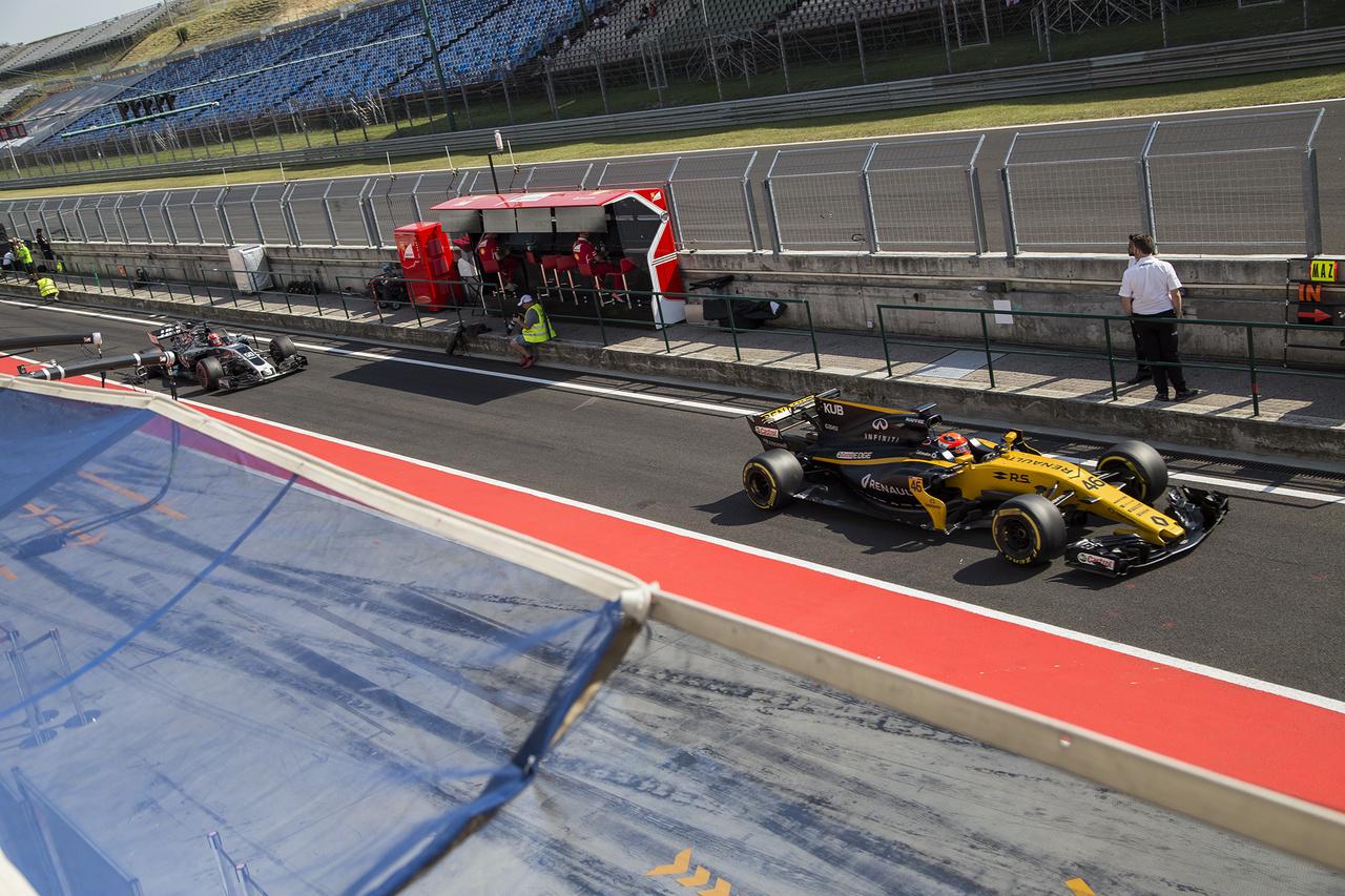 Akire mindenki kíváncsi volt: Robert Kubica a Renault-val a bokszutcában, mögötte a fiatal Ferrucci a Haas színeiben gyűjthette a kilométereket. A fiatalok nem vallottak szégyent, nem volt igazán lefelé kilógó teljesítmény egyik csapatnál sem