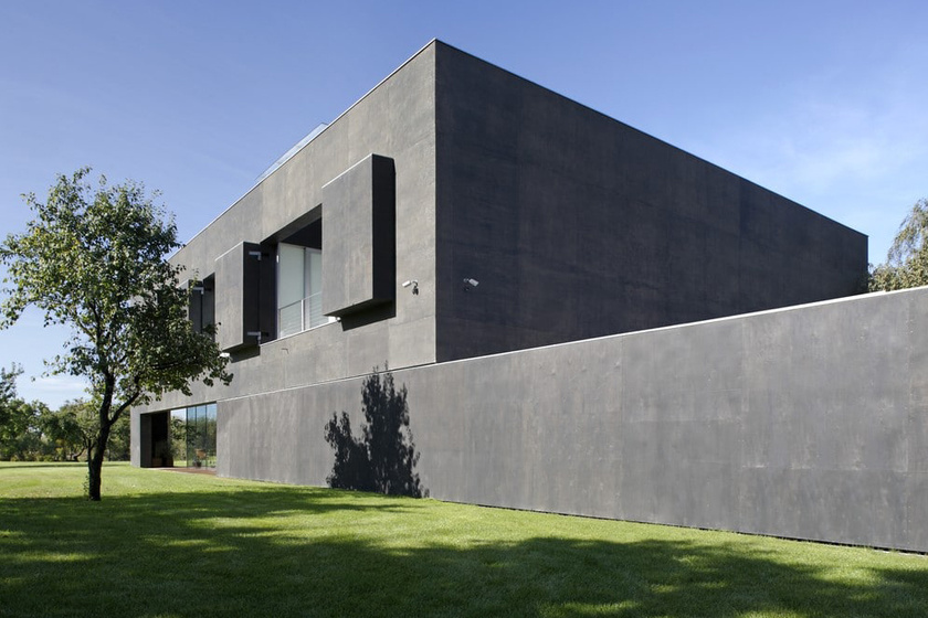 A hatalmas betonelemekkel elektronikus rendszer által lehet nyitni és zárni a ház egyes részeit.