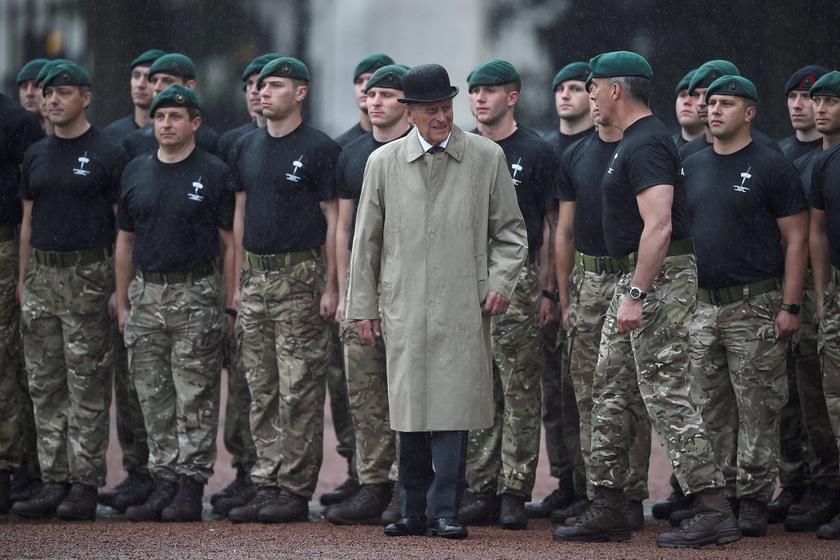 Fülöp herceg így tisztelgett a Brit Királyi Haditengerészet felvonulásán a Buckingham-palotában.