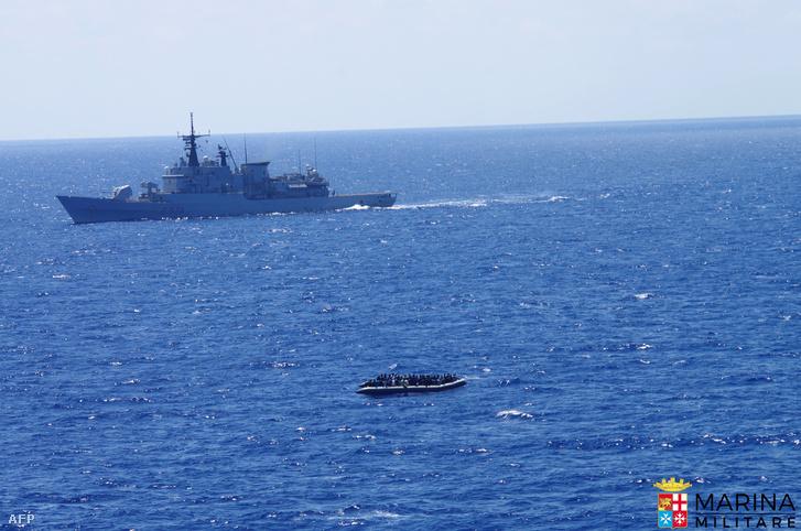 Az olasz haditengerészet által kiadott kép egy a Líbiai-tengeren szervezett mentőakcióról