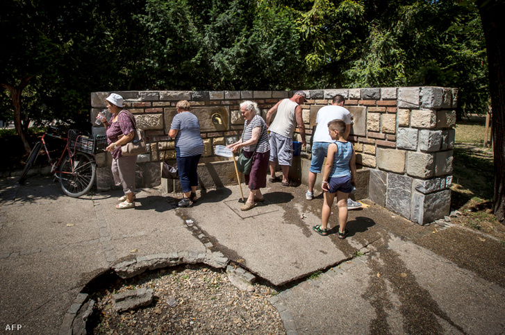 Nyilvános kútról vizet hordó emberek Belgrádban
