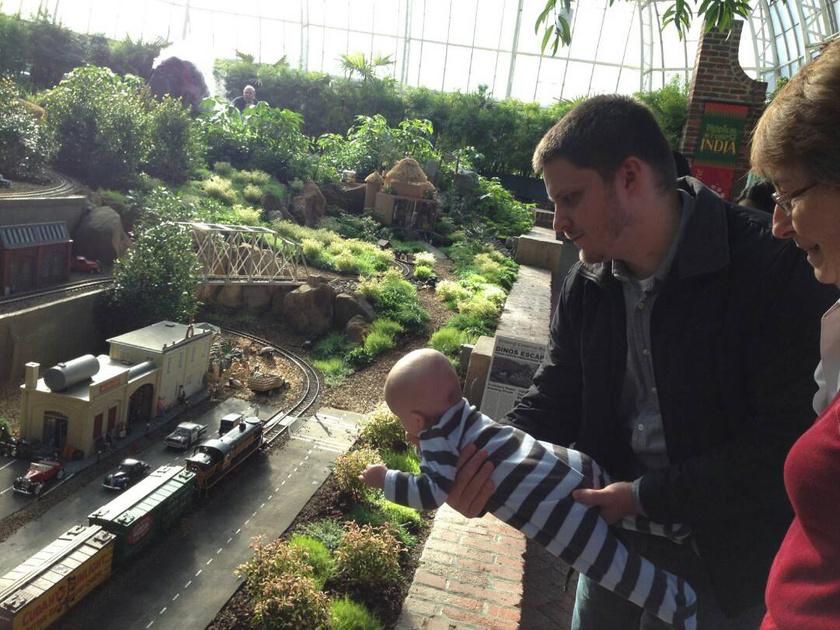 Már a látványtól is szédülsz? Nem kell megijedni, a férfi csak egy játékvasutat mutat a babának közelebbről.