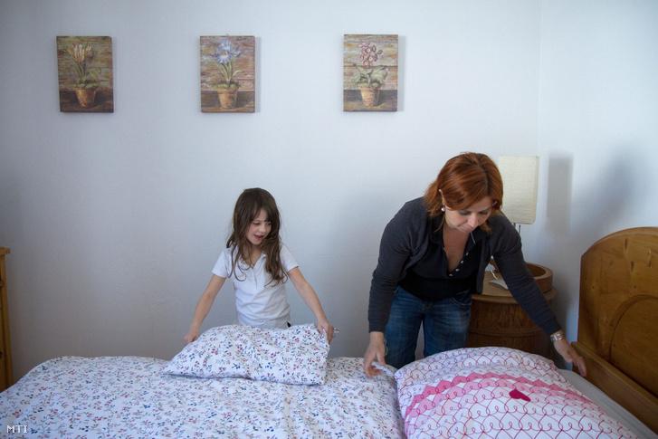 A négy éve Ausztriában élő Kisch Krisztina és lánya Kisch Jáde ágyneműt cserél a vendégek után házában a Salzburg tartománybeli Flachau-Reitdorfban 2013. március 16-án.