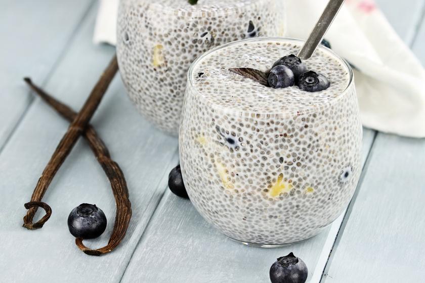 Már reggel fontos, hogy lassan felszívódó tápanyagokat válassz. Legyen meg a reggeliben a naponta szükséges 30 gramm rost negyede, 7-8 gramm, mellé sok fehérje. A chia puding például tökéletes.