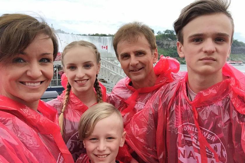 """""""Itt még nem tudtuk, hogy pár perc múlva, a Niagara-vízesés alatt mennyire vizesek leszünk"""" - írta Szandi a fotóhoz."""