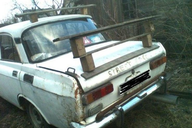 Enyhén rügyező Moszkvicsra tákolták fel ezt a kézműves-remeket. Érdemes még egyszer, figyelmesen megnézni, hiszen nemcsak a csomagtartón, hanem a tetőn is helyet kapott egy csodás darab