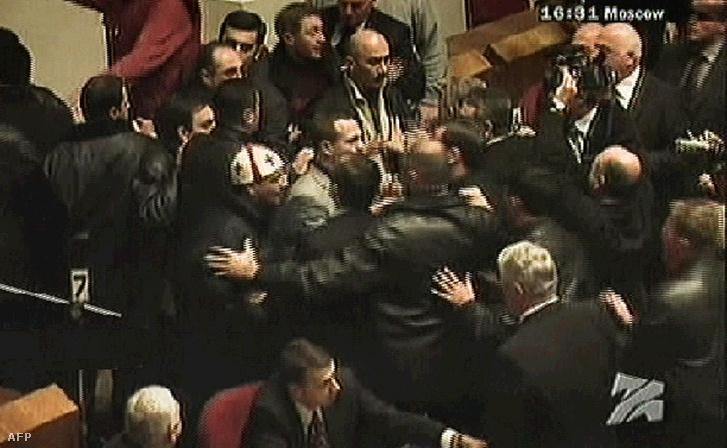 Tbilisziben 2003. november 22-én az Eduard Sevardnadze államfő lemondását követelő ellenzéki tüntetők elfoglalták a parlament épületét, Sevardnadzét pedig menekülésre kényszerítették.
