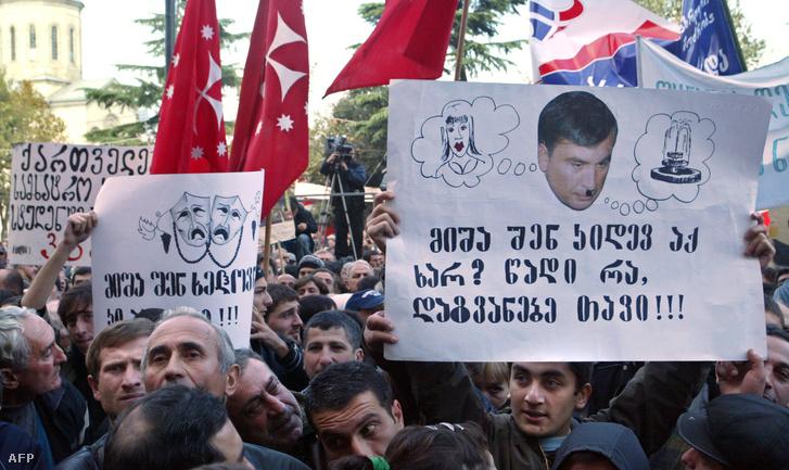 Tüntetők Mihail Szaakasvili grúz elnök lemondását, valamint az elhalasztott parlamenti választások 2008 tavaszán történő megtartását követelik a tbiliszi parlament előtt 2007. november 5-én
