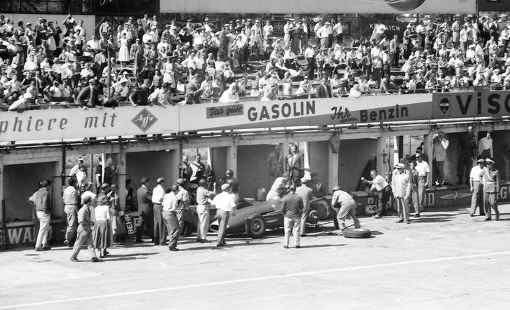Fangio a kiálláson, a Maseratin lent a problémás bal hátsó